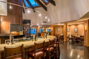 DoubleTree by Hilton - Hotel, Bar & Restaurant :: Overlooking the Clark Fork River, you'll savor the plush bedding, double vanities, and famed dining at our Finn & Porter Restaurant. Pet friendly and just 3 blocks to U of M.